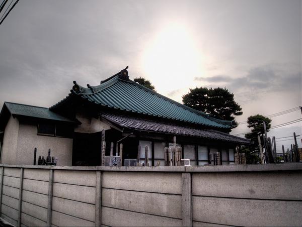 寺に傾く陽